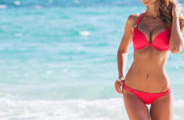 Beachwear 2018, modella in spiaggia