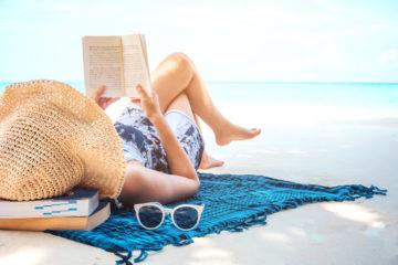 Libri estate 2018: donna che legge in spiaggia